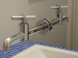 zwevende kraan - spiegelkraan - spiegel - Inblauw B&B - blauwe zwembad tegels bij wasbak van toilet