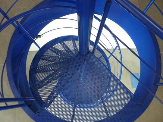 blauwe draaitrap van gastenkamer naar zwembad - Inblauw B&B