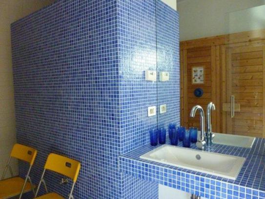 privé badkamer Inblauw b&b - zwembadtegels in badkamer - design wastafel