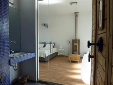 zicht op design kachel vanuit badkamer - Inblauw b&b gastenkamer