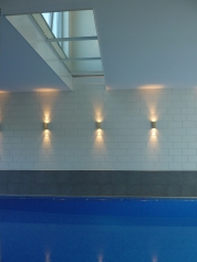 zwembad Inblauw - zicht op glazen vloer van gastenkamer