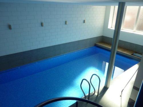 zicht van zwembad vanop trap - blauw - Inblauw b&b
