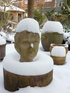 Sculpture - Winter view - Inblauw B&B garden